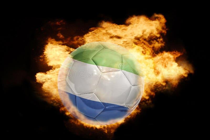 Voetbalbal met de vlag van Sierra Leone op brand stock afbeelding