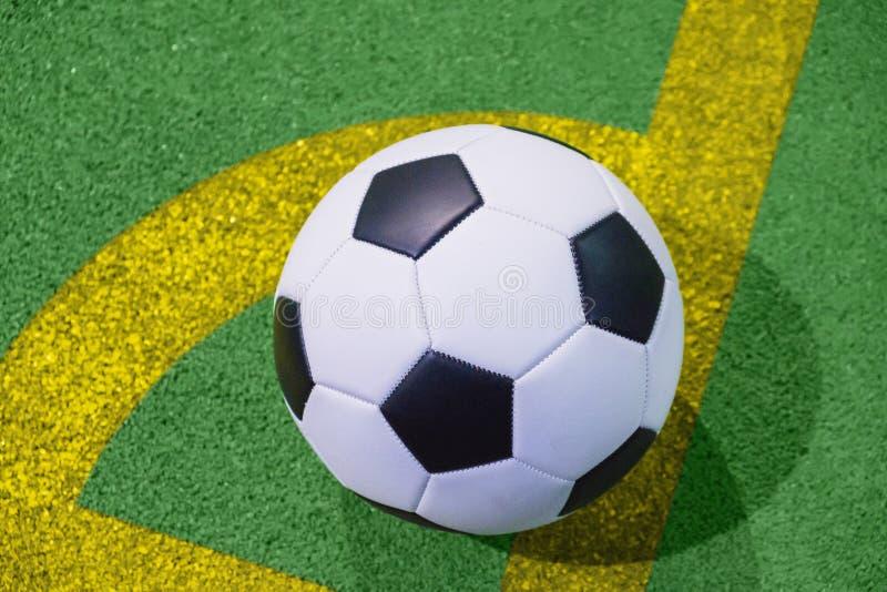 Voetbalbal op een lijn van de hoekschop op een kunstmatige groene gras hoogste mening royalty-vrije stock fotografie