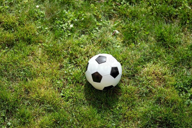 Voetbalbal op groen gebied, conceptenkampioenschap stock foto