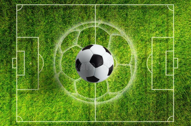 Voetbalbal op groen grasstadion met witte lay-out stock illustratie