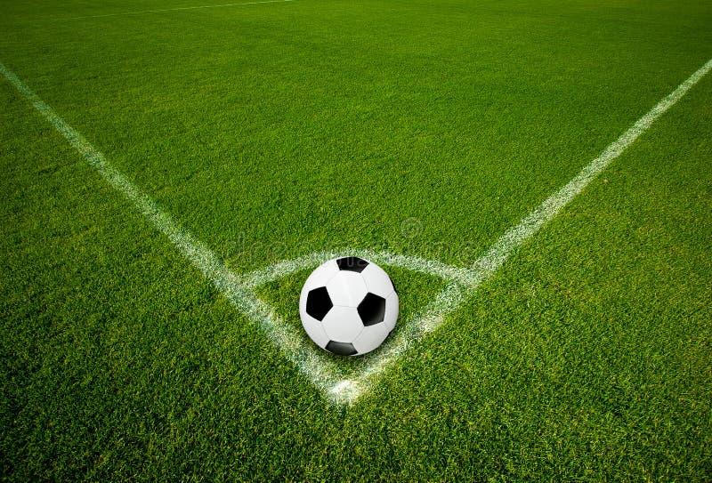 Voetbalbal op Hoekpunt stock afbeeldingen