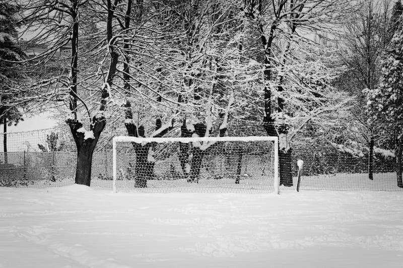 Voetbaldoel in de sneeuw - Voetbaldoel stock foto's