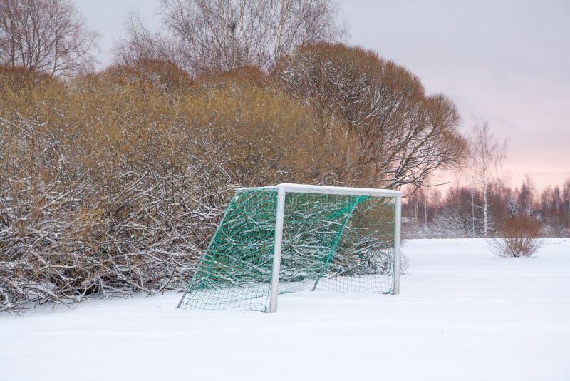 Voetbaldoel openlucht bij de de winterdag stock fotografie