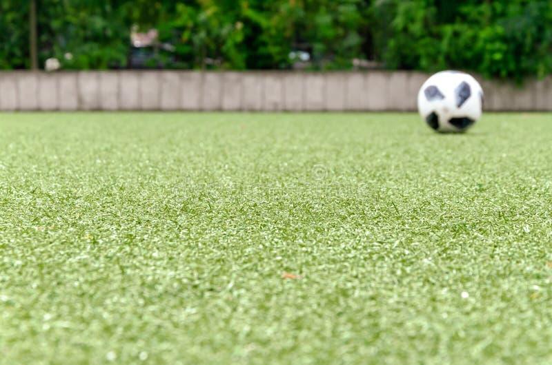 Voetbalgazon, bal op achtergrond royalty-vrije stock afbeeldingen