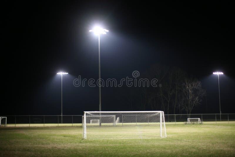 Voetbalgebied bij Nacht stock afbeeldingen