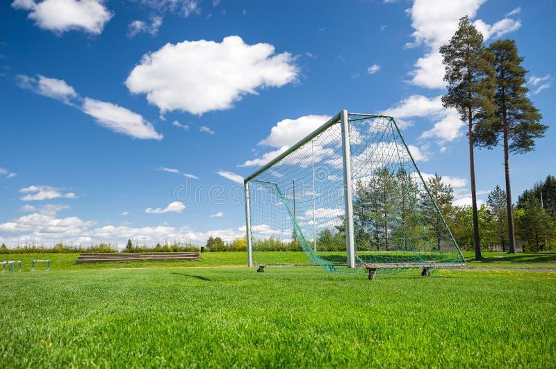 Voetbalgebied en lege netto stock foto