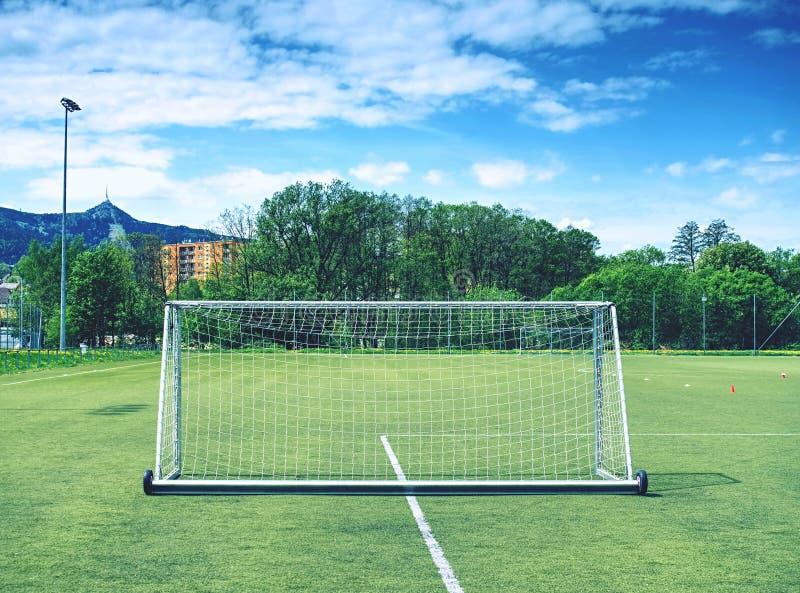 Voetbalgebied met witte tekens, groen gras op voetbalgebied Openluchtstadion stock afbeelding