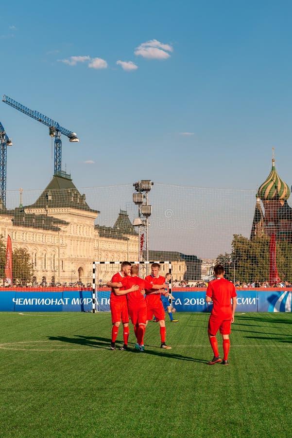 Voetbalgebied op Rood Vierkant Voetbalster stock afbeeldingen