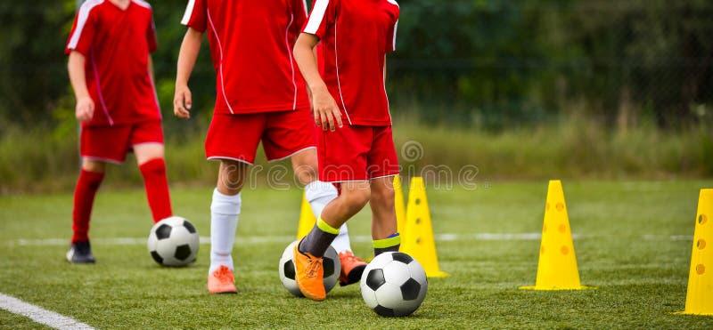 Voetbalkamp voor jonge geitjes Kinderen die voetbalvaardigheden met ballen en kegels opleiden stock afbeelding
