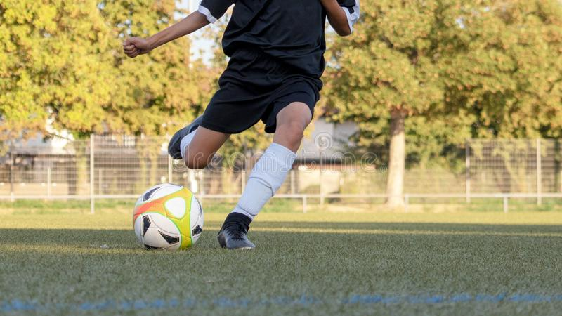 Voetballer in actieclose-up stock afbeeldingen