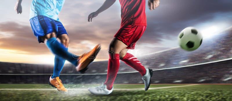 Voetballer in de bal van de actieschop bij stadion royalty-vrije stock afbeelding