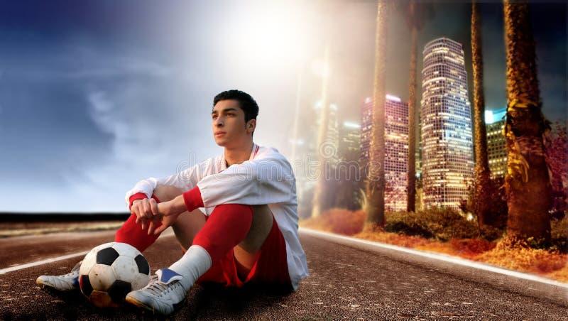 Voetballer in de stad stock foto's