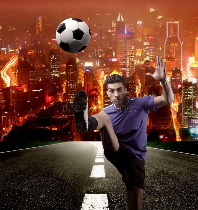 Voetballer in de stad royalty-vrije stock foto