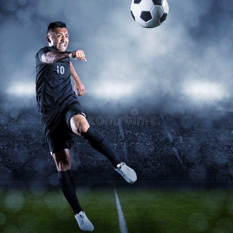 Voetballer het schoppen bal in een groot stadion stock afbeeldingen
