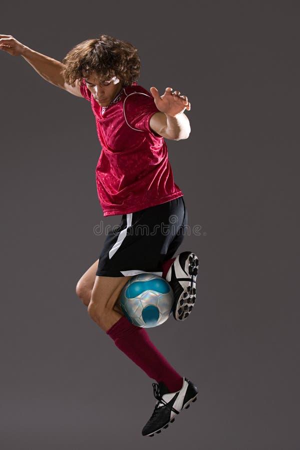 Voetballer het spelen met bal stock fotografie