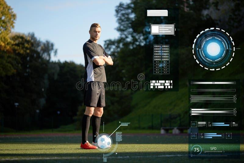 Voetballer met bal op voetbalgebied stock foto's