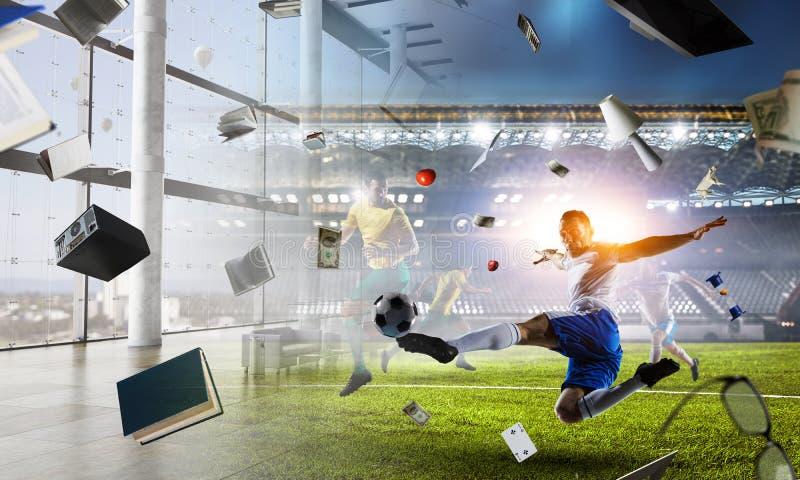 Voetballer op stadion in actie Gemengde media stock foto