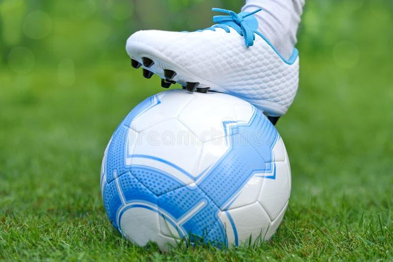 Voetballer op Voetbalgebied royalty-vrije stock foto