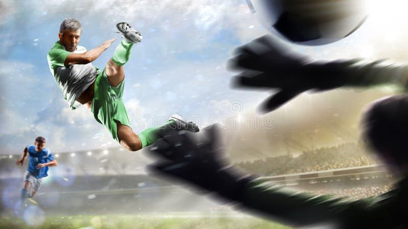Voetballers in actie betreffende het van het dag grote stadion panorama als achtergrond stock foto