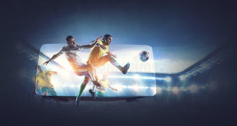 Voetballers op stadion in actie en VR-helm Gemengde media royalty-vrije stock afbeeldingen