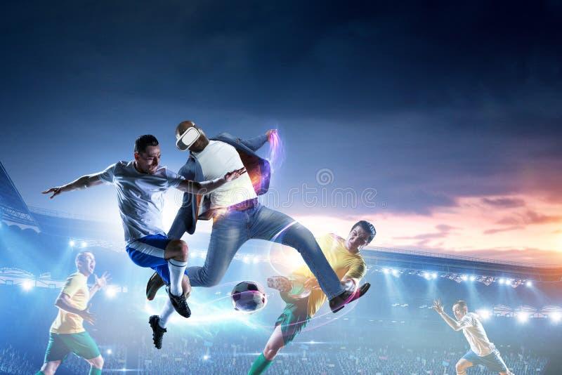 Voetballers op stadion in actie Gemengde media stock afbeeldingen