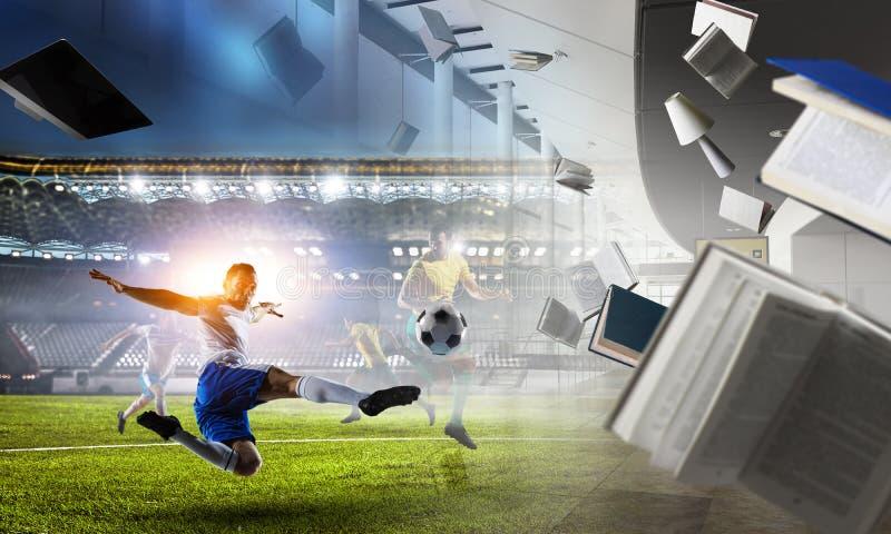 Voetballers op stadion in actie Gemengde media royalty-vrije stock afbeelding