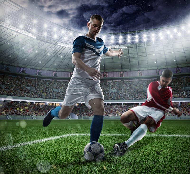 Voetbalscène met concurrerende voetbalsters bij het stadion stock foto's
