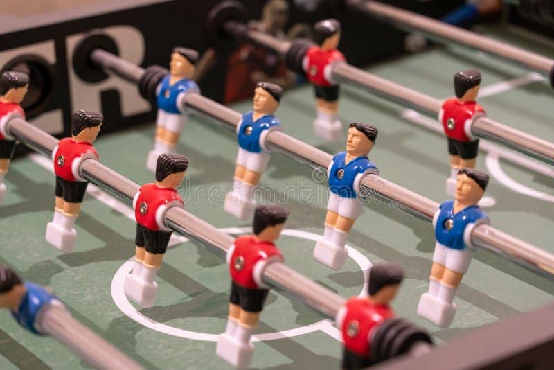 Voetbalspel met rode en blauwe spelers royalty-vrije stock afbeeldingen