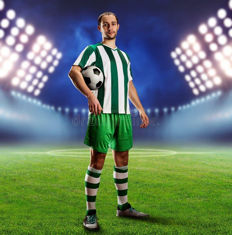 Voetbalster op de voetbalgrond royalty-vrije stock afbeeldingen