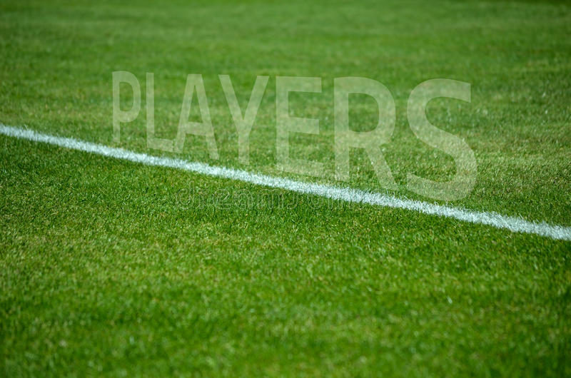 Voetbalsterstekst op gras met witte steeg stock fotografie