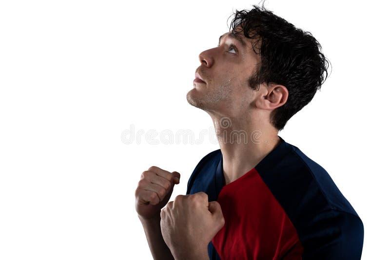 Voetbalventilator bij het stadion met overwinningsgebaar Ge?soleerdj op witte achtergrond royalty-vrije stock afbeeldingen