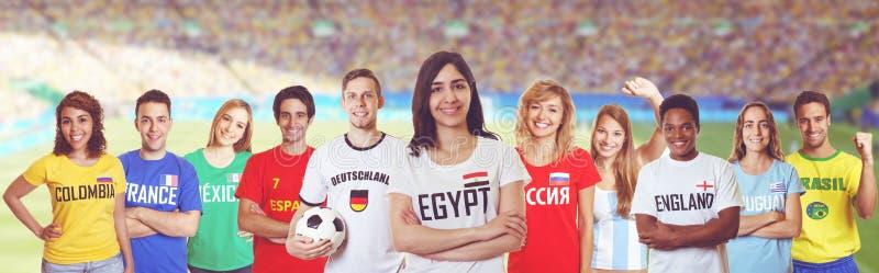 Voetbalventilator van Egypte met verdedigers van andere landen royalty-vrije stock afbeelding