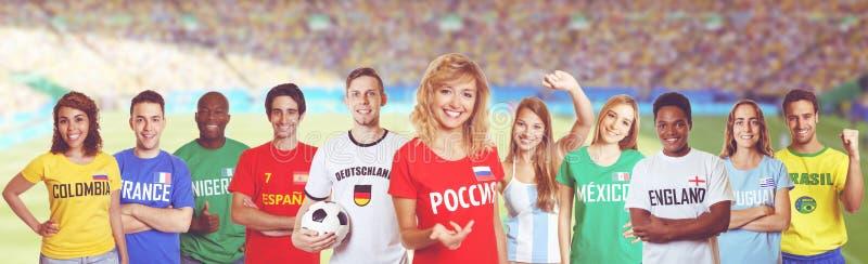Voetbalventilator van Rusland met verdedigers van andere landen stock foto