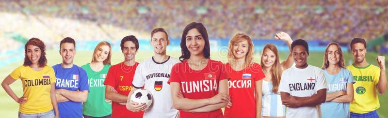 Voetbalventilator van Tunesië met verdedigers van andere landen stock foto's