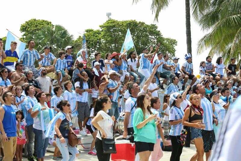 Voetbalventilators bij het Strand van Miami stock afbeelding