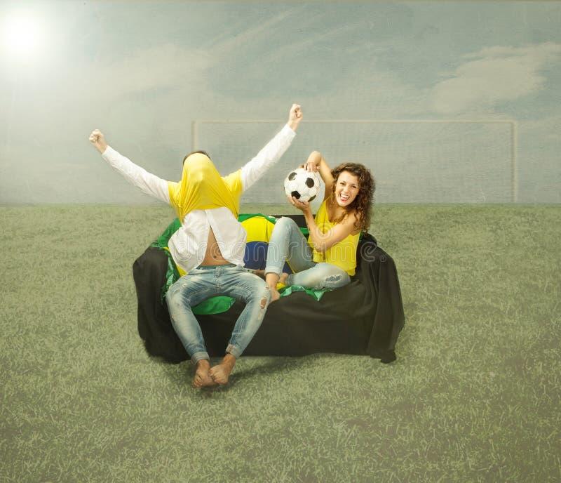 Voetbalventilators die en van op het gaan liggen letten genieten stock fotografie