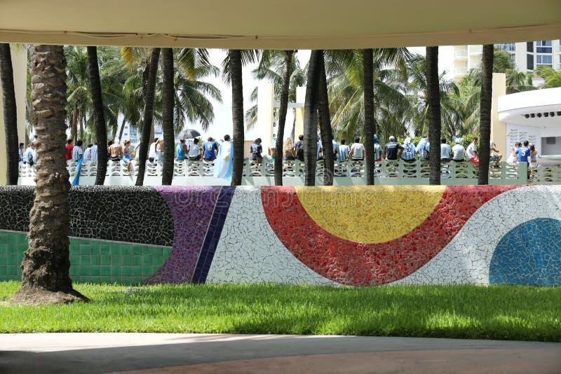 Voetbalventilators die in het Strand van Miami vieren stock foto's