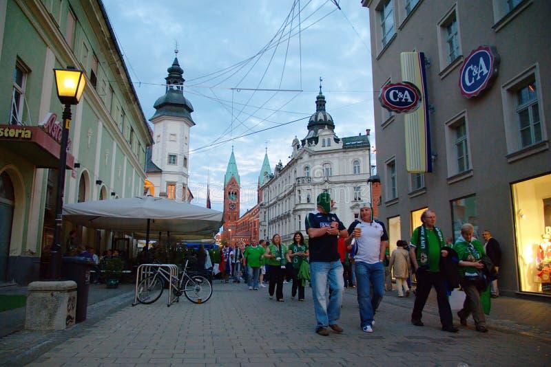 Voetbalventilators op Maribor-Straten stock afbeeldingen