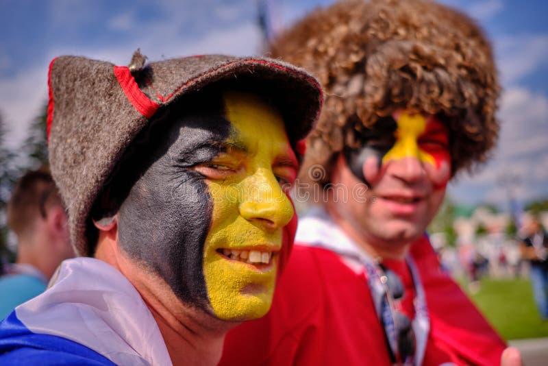Voetbalventilators v??r de gelijke van Belgi? en Engeland voor derde plaats op een fijne zonnige dag royalty-vrije stock foto