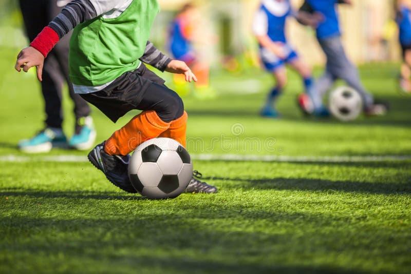 Voetbalvoetbal opleiding voor kinderen stock foto's
