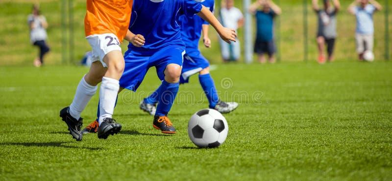 Voetbalwedstrijd voor kinderen Jonge geitjes die het Spel van Voetbaltoernooien spelen royalty-vrije stock afbeeldingen