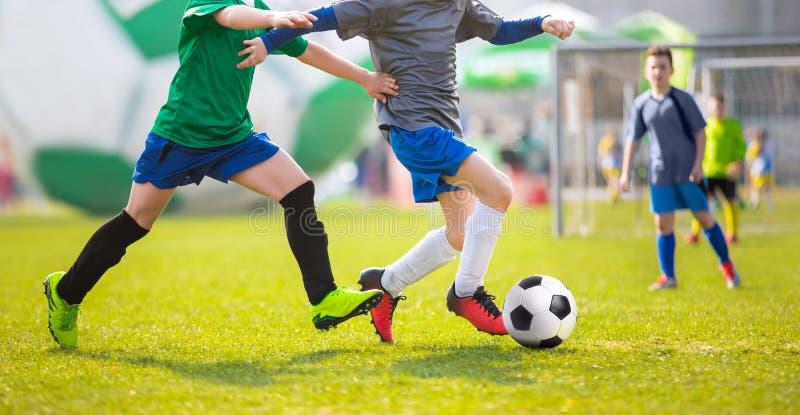 Voetbalwedstrijd voor kinderen Opleiding en voetbal voetbaltoernooien stock afbeeldingen