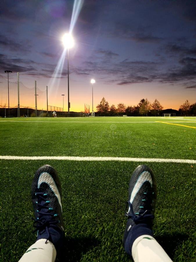 Voetbalzonsondergang stock foto