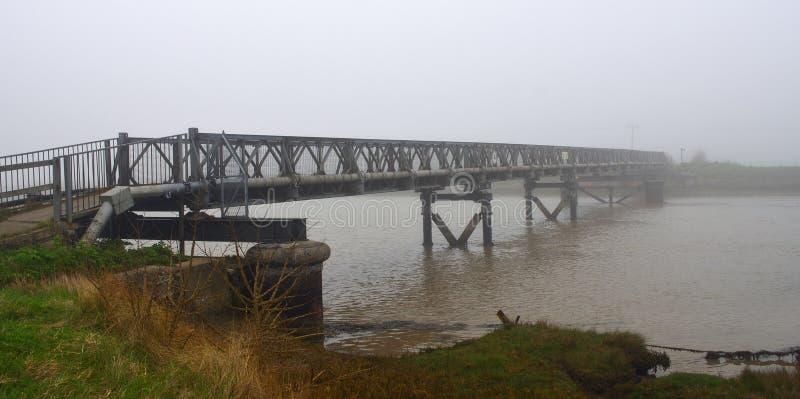Voetbrug over de Rivier Blyth in de Mist stock afbeelding