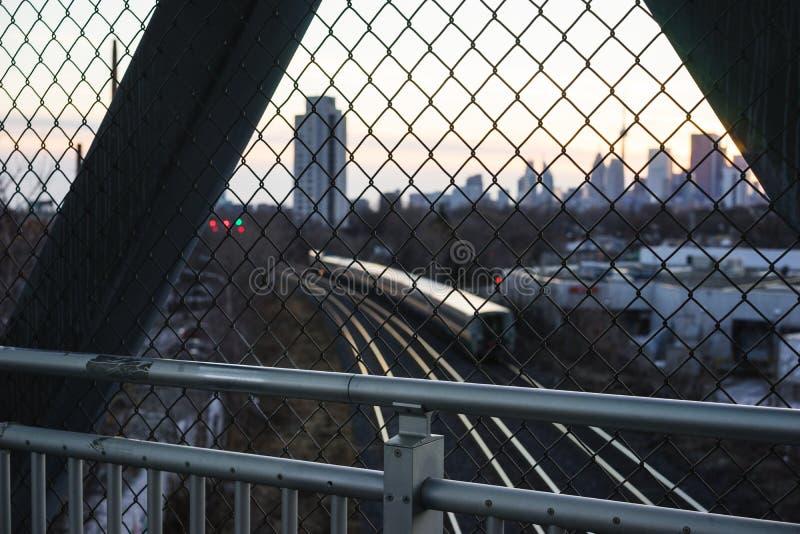 Voetbrug over spoorlijnen royalty-vrije stock afbeeldingen