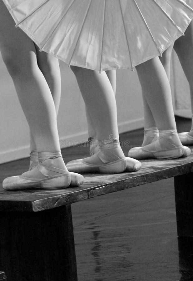 Voeten balletdansers in vijfde posities stock fotografie