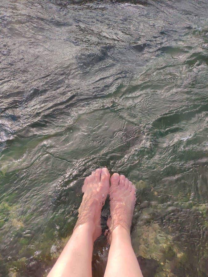 Voeten in de hete rivier stock foto