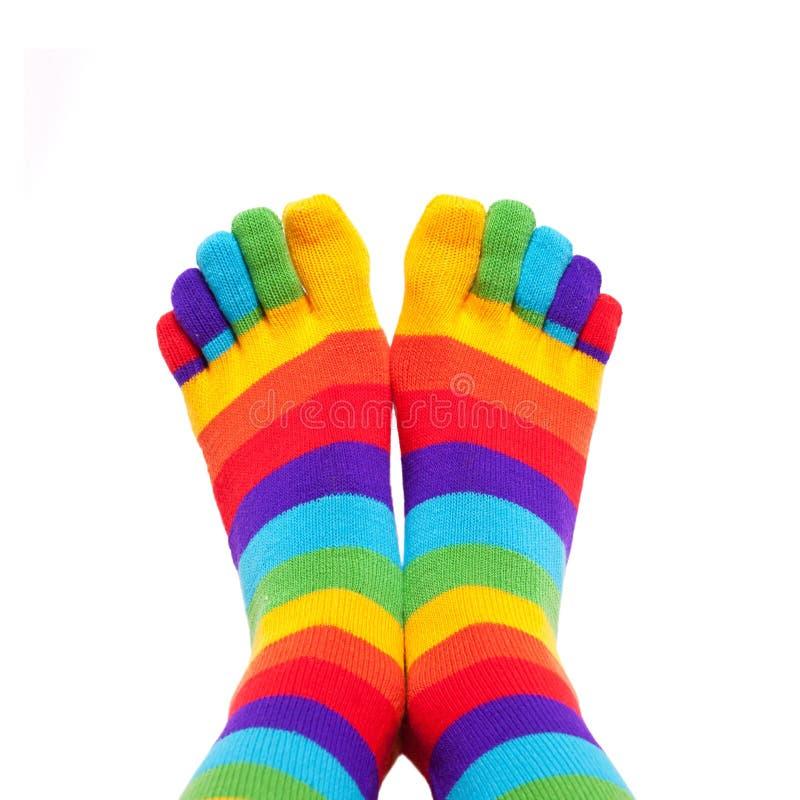 Voeten die de winter kleurrijke gestreepte sokken dragen royalty-vrije stock foto's