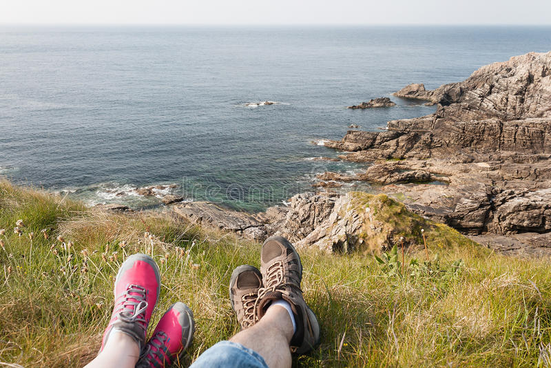 Voeten die na een Stijging, Rocky Coast, Mallin-Hoofd, Ierland rusten stock fotografie