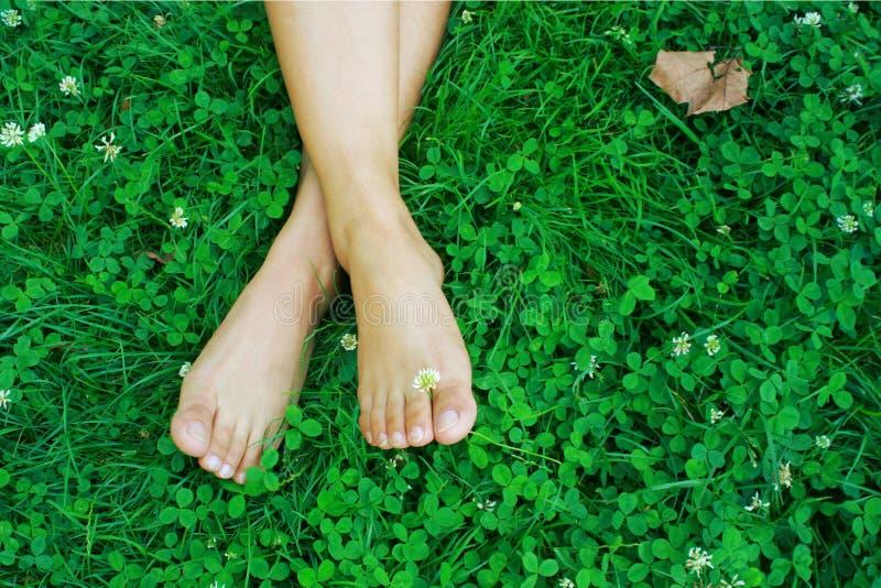 Voeten die op gras rusten stock afbeeldingen